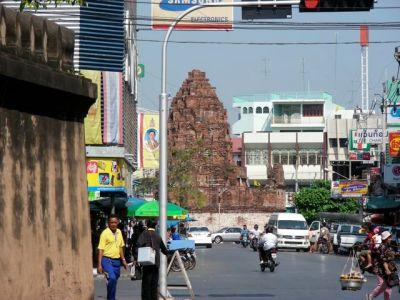 Le Prang Kaek, charmant vestige khmer au milieu de la circulation.