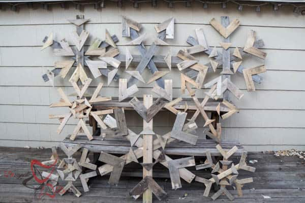 DIY Pallet Projects- Pallet Snowflakes-