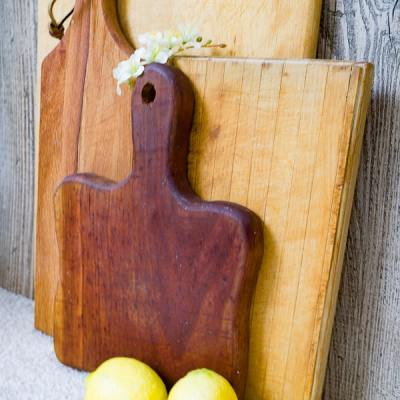 How to clean a cutting board with natural ingredients