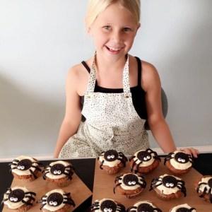 Edderkoppemuffins børn i køkkenet