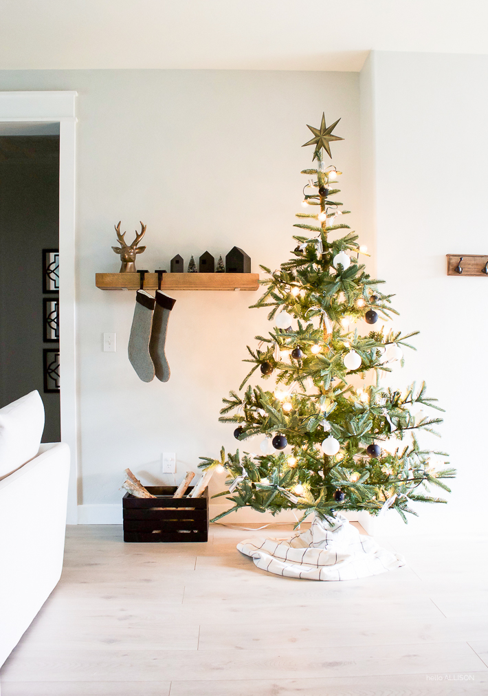 A Very Simple Christmas | Black and White Christmas Decor | designedsimple.com