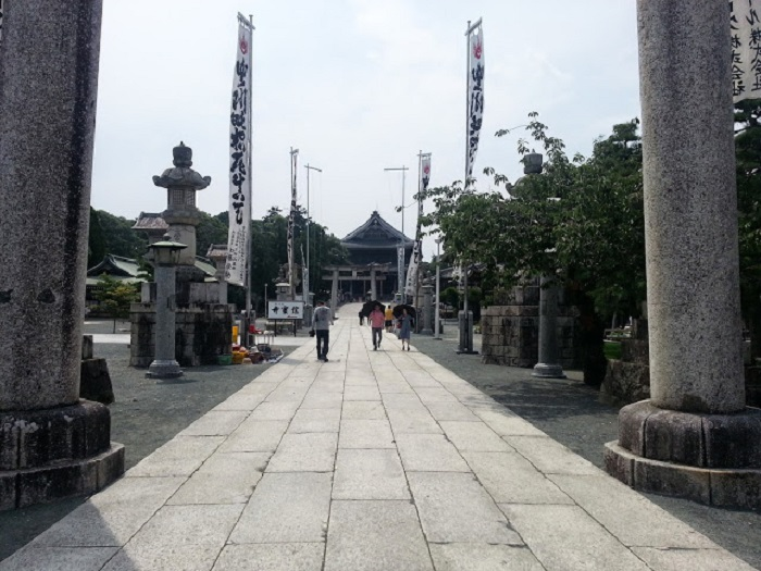 Japonia - Curtea unui templu shinto