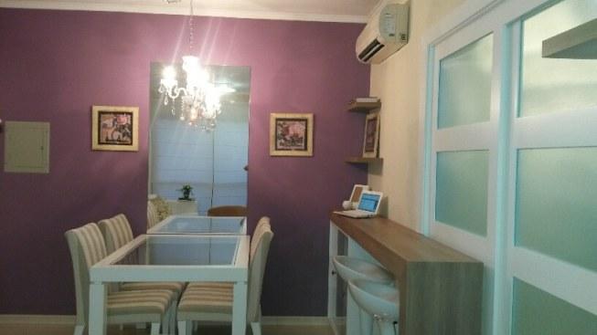 Vista da sala de jantar com espelho e lustre
