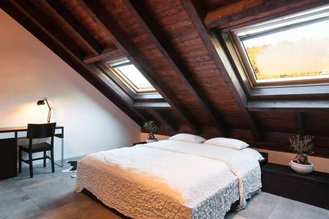 Şık tavan arası yatak odası beyaz yatak