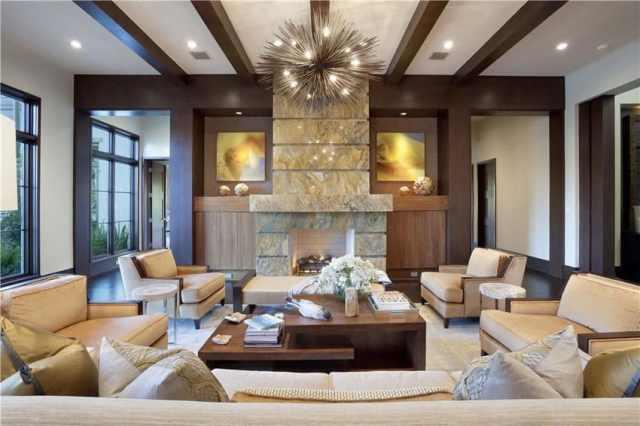 Bronz mobilyalar ve modern sivri avize ile çağdaş oturma odası