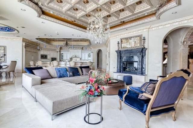 Zarif avize ve özel kutu tavanlı lüks oturma odası