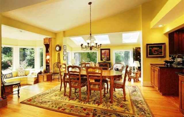 Ahşap zeminli güneşli sarı yemek odası tasarımı