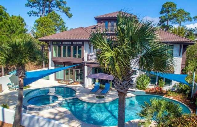 Yuvarlak kenarlı, bronzlaşma yarımadası ve jakuzili özel şekilli yüzme havuzu