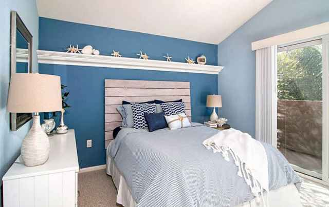 Ahşap tahta başlıklı kıyı tarzı yatak odası