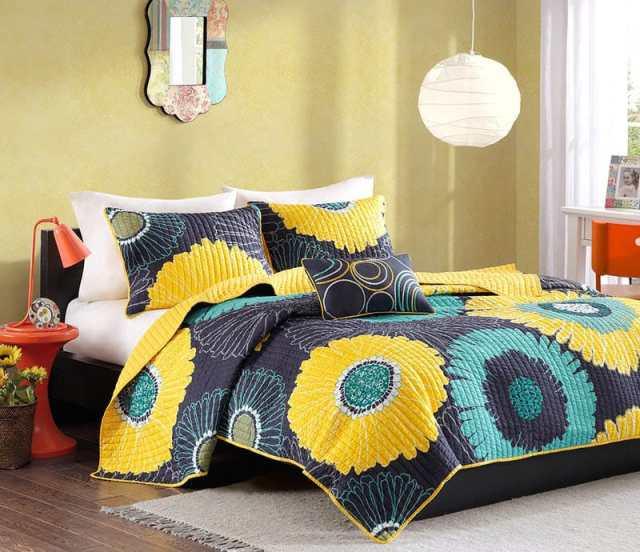 Çiçekli yastık ve yorgan ile renkli genç kız yatak odası