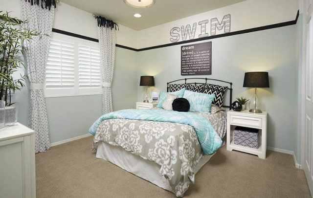 Beyaz mobilya açık mavi duvarlı genç kız yatak odası