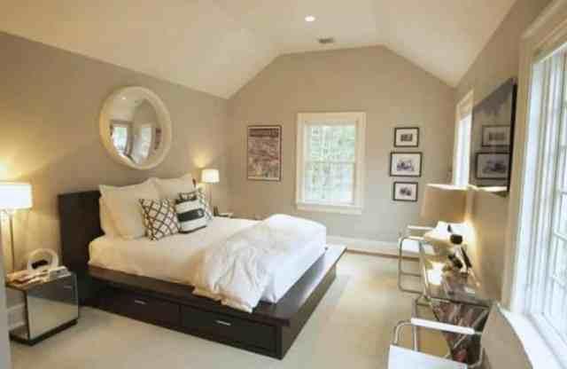 Platform yataklı dekore edilmiş tavan arası yatak odası