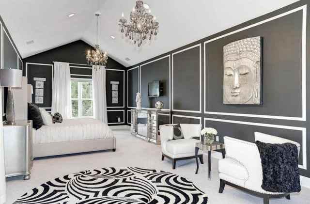 Siyah boyalı duvarlar, gümüş mobilyalar ve platform yataklı tavan arası ana yatak odası