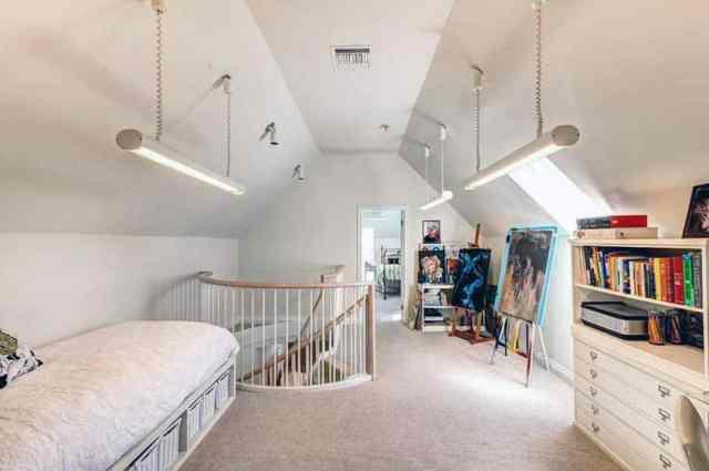 İki yatak odalı tavan arası, baza ve asma lambaları