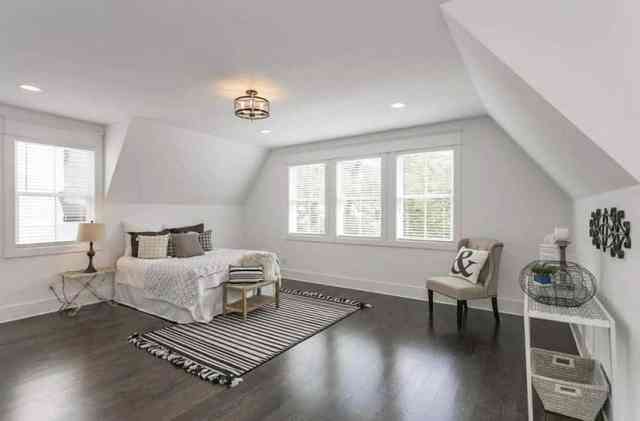 Eğimli tavan tasarımlı tavan arası yatak odası