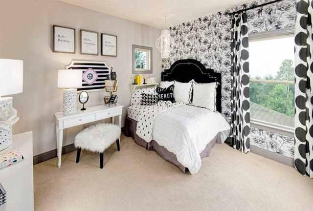Duvar kağıdı vurgulu duvarlı kız yatak odası