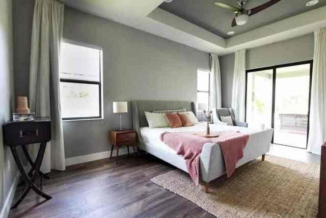 Laminat parke ve jüt halıya sahip ebeveyn yatak odası