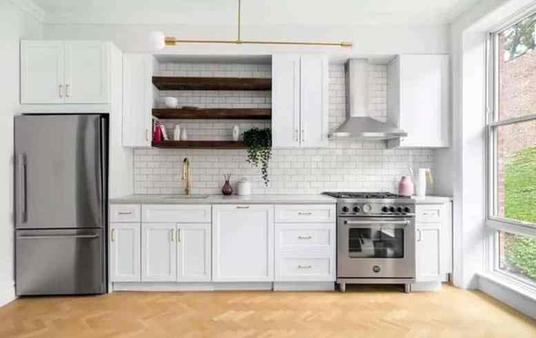 Cottage stijl keuken met open houten planken witte kasten tegel backsplash