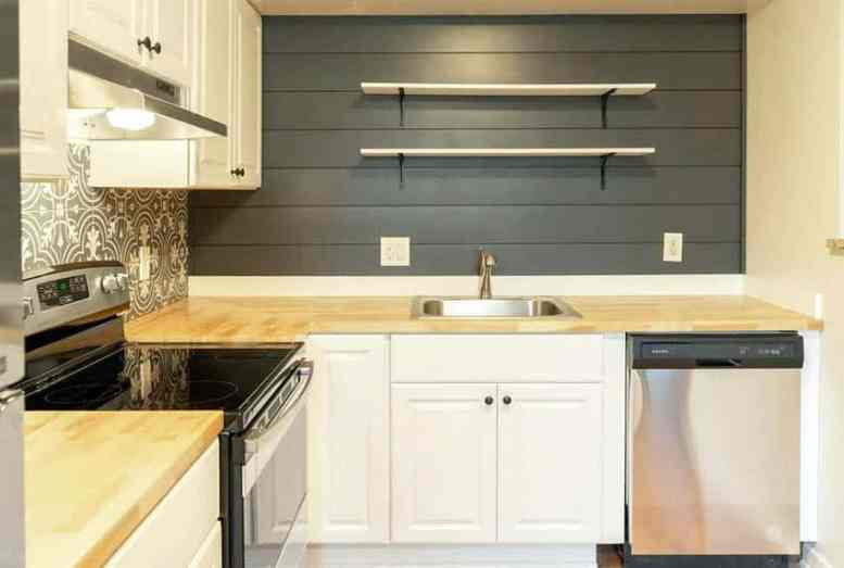 Keuken met scheepsmuren en diy open rekken