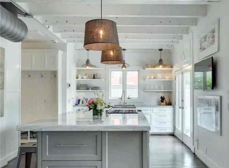 Keuken met witte kasten open planken eiland houten balken