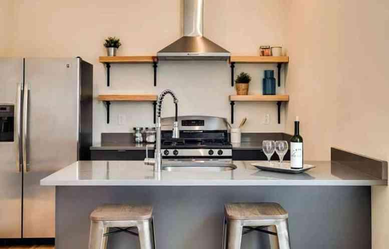 Open eikenhouten planken in de keuken