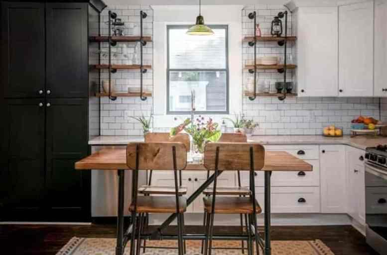 Kleine keuken met industriële open rekken en houten tafel