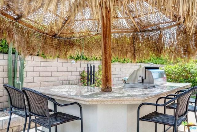 Arka bahçede açık mutfağa bağlı sazdan palapa