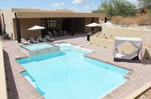Eğimli avlu ve beton istinat duvarlı arka bahçe havuzu