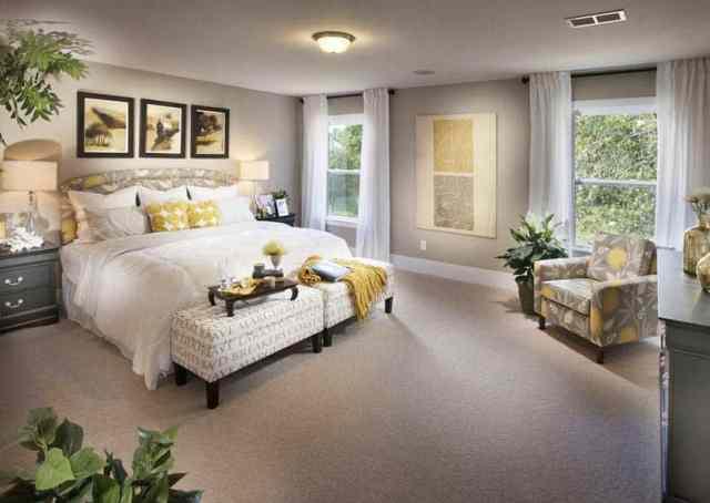 Duvara karşı yatak yerleştirmeli ana yatak odası