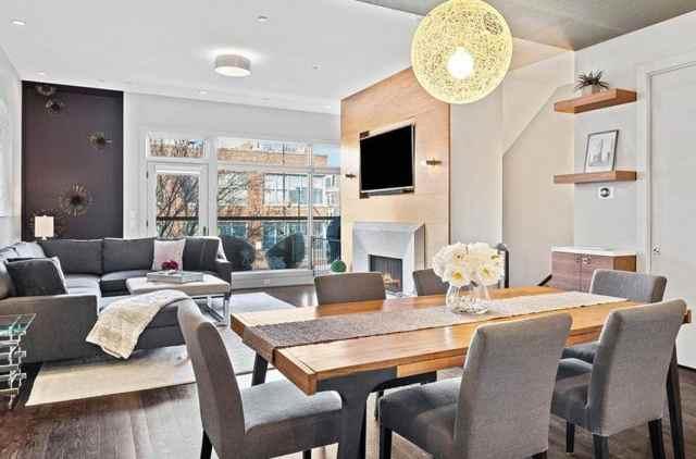 Aşamalı masa ve küre aydınlatmalı çağdaş yemek odası
