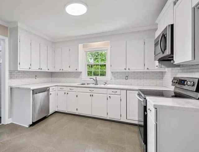 Beyaz epoksi tezgah ve dolaplı mutfak