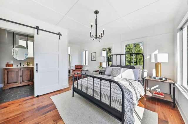 Koyu metal kaplamalı modern çiftlik evi yatak odası banyoya beyaz sürgülü ahır kapısı