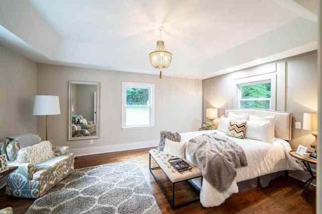 Greige duvar boyası peluş yatak takımları ile modern çiftlik evi yatak odası