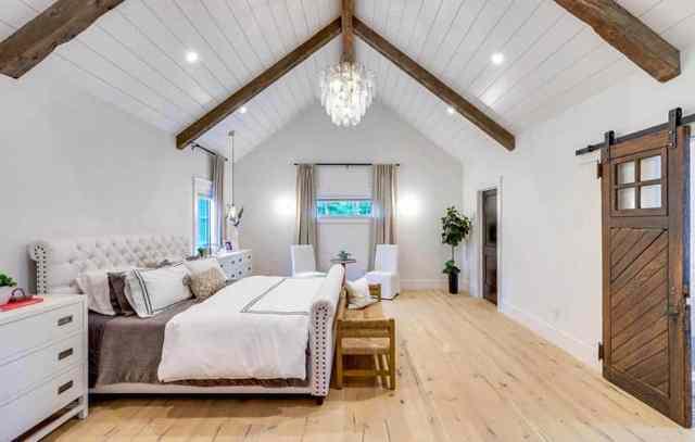 Shiplap katedral tavan ahşap kiriş döşeme ile modern çiftlik evi yatak odası