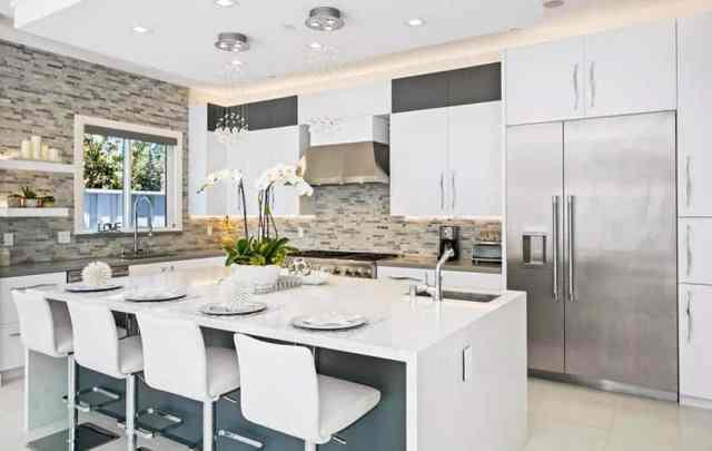 İki lavabolu modern şefler mutfak gri kuvars tezgahı beyaz kuvars adası