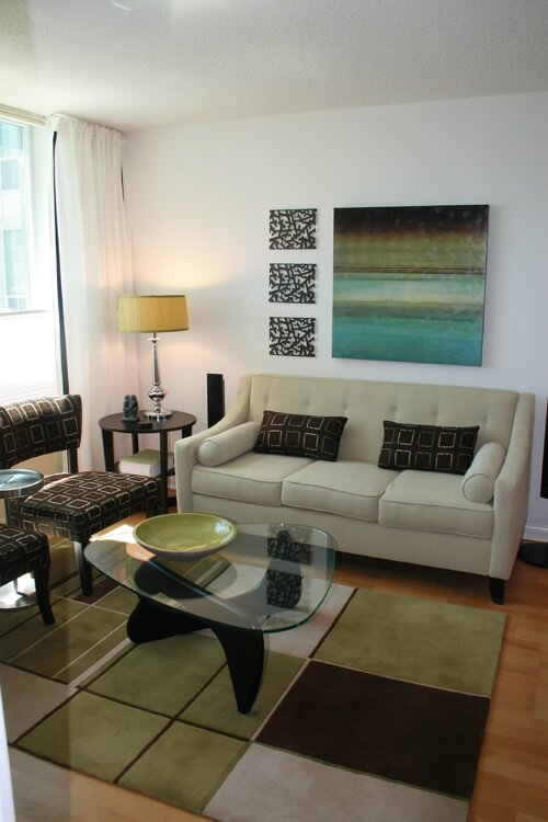 Contemporary-living-room-with-abstract-art