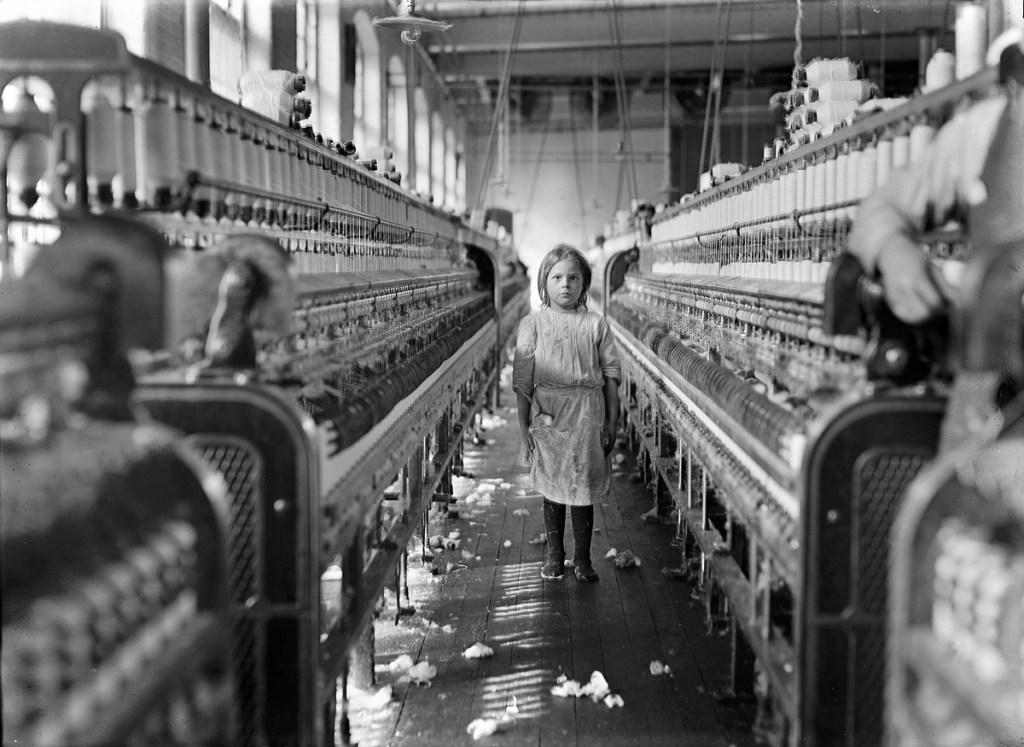 Design Luminy Lewis-Hine-A-little-spinner-in-the-Mollahan-Mills-Newberry-S.C.-1908 WilliamMorris - La vie ou la mort de l'art Histoire du design Références Textes  William Morris   Design Marseille Enseignement Luminy Master Licence DNAP+Design DNA+Design DNSEP+Design Beaux-arts