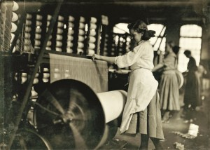 Design Luminy Lewis-Hine-Lincoln-Cotton-Mills-Evansville-Indiana.-Girls-at-weaving-machine-warpers-1908-300x214 William Morris - La vie ou la mort de l'art Histoire du design Références Textes  William Morris