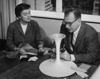 Design Luminy eero-saarinen-florence-knoll2_21025145054_o Chaise Tulipe 1956 – Eero Saarinen (1910-1961) Histoire du design Icônes Références  Tulipe Knoll Eero Saarinen
