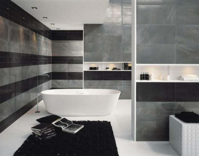 salle de bain grise noire blanche tapis de salle de bain noir idée baignoire