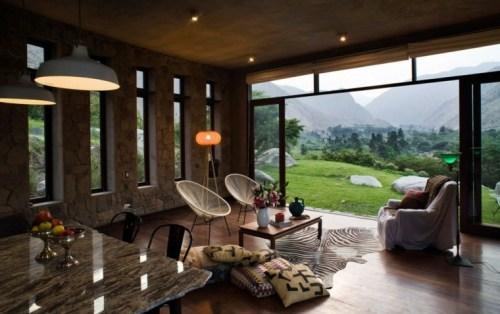 maison écologique bois design pierre luminaire suspension table pierre chaise noire