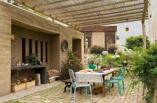 maison design écolo idée table à manger jardin aménagement terrasse chaise évier cuisine extérieure