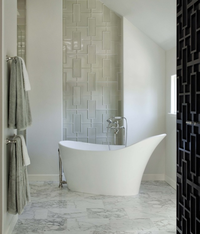 peinture-salle-bains-petite-blanc-beige-baignoire-blanche