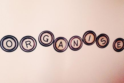 Organise typewriter magnetic letters