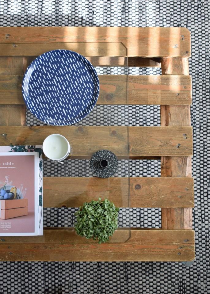 vintage bohemian upcycled pallet coffe table, monochrtome scandinavian monochrome rug, lizzie smug cascade tray, botanical house plant styling (2)