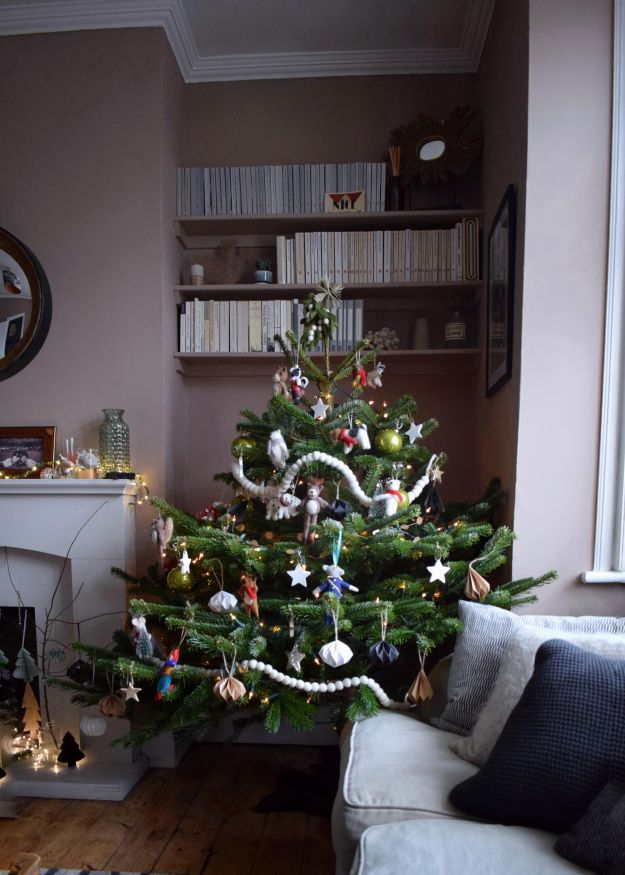 Farrow-Ball-Dead-Salmon-Living-Room-Christmas-Tree-with-colourful-felt-animals-vintage-christmas-look-scandinavian-design (5)