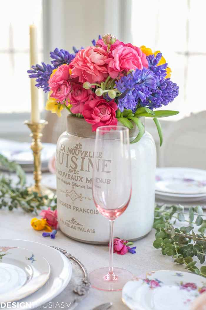 Spring Flower Arrangements Add Color to a Seasonal Tablescape | Designthusiasm.com