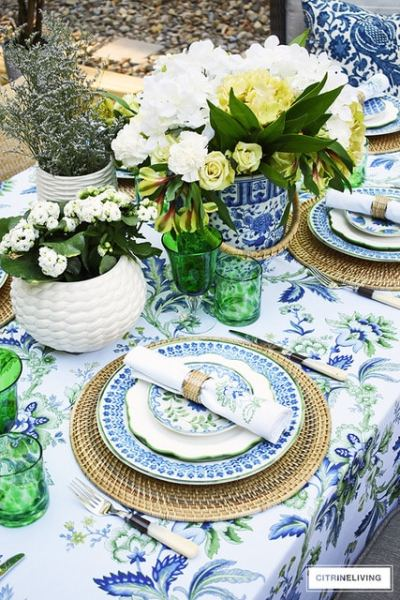 summer-tablescape-blue-and-white-floral-centerpiece