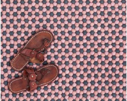 scarpe-in-pelle-sul-tappeto-dal-Nepal