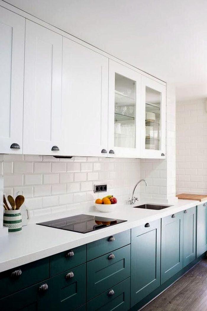 Icke-standard köksinredning med tvåfärgade nedre skåp